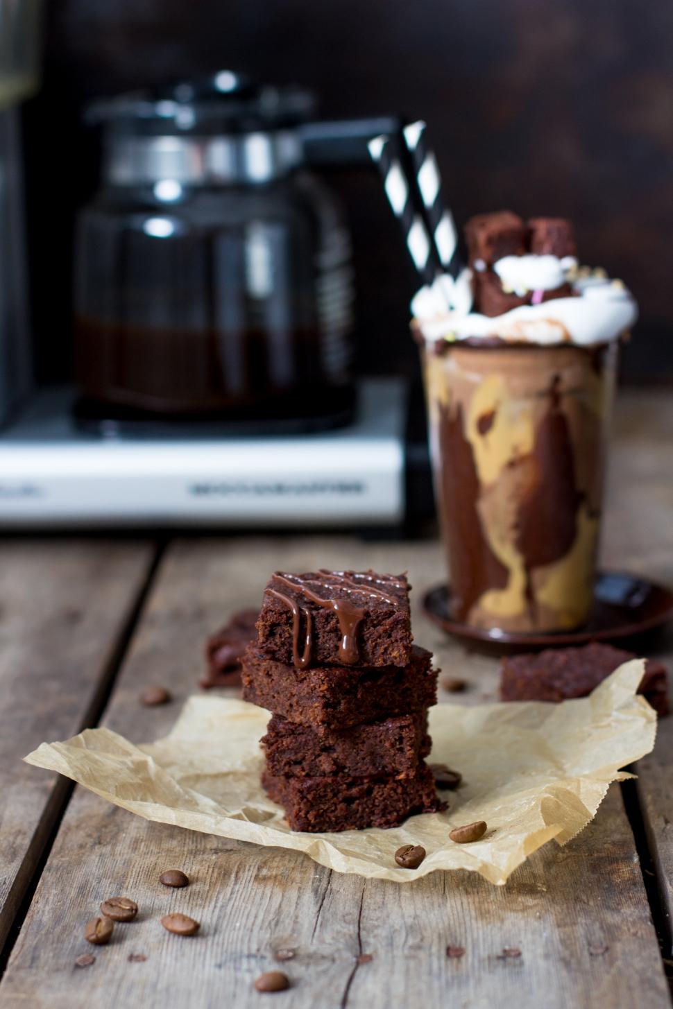 suklaa-browniet ja freak shake kahvijuoma